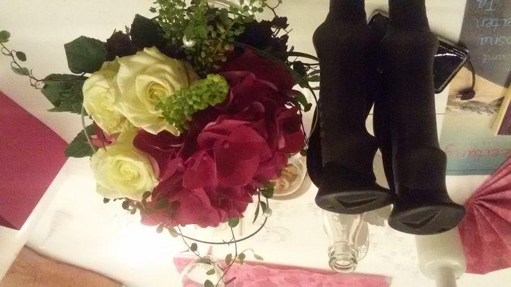 Wie Du auch mit Handicap den Hauptgewinn fängst – Stock-Rosen! Caught the bridal bouquet - with walking sticks in my hand - and the world turned upside down *LOL* #handicap #multiplesclerosis #autoimmunedisease #bridalbouquet