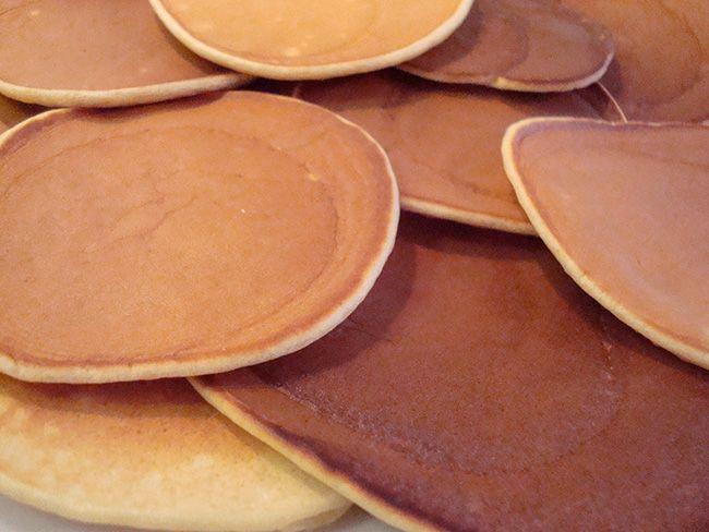 """Aqui em casa fazemos panquecas aos finais de semana. Não todo, mas com alguma frequência. Pra nós, elas tornam o café da manhã especial, diferente do básico de todo dia, que no nosso caso é kwark (produto holandês semelhante a um iogurte natural), mel e musli.  Neste sábado decidi que tentaria uma diferente. Abri o livro da Nigella Lawson, o """"Food that celebrates life"""" e escolhi preparar panquecas escocesas. [...]"""