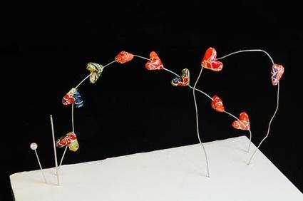 Orecchini Origami: foto-tutorial per creare orecchini con la carta. Anche la carta può diventare un materiale originale e d'effetto per creare deglio orecchini, come ci mostra questo foto-tutorial.