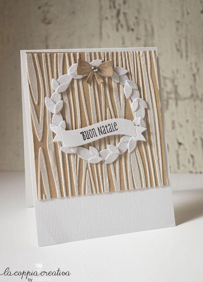 """Adoro questo periodo dell'anno e adoro l'atmosfera natalizia… Oggi vi mostro una card realizzata con i prodotti di La Coppia Creativa. Ho creato lo sfondo con lo stencil effetto legno, che mi piace tantissimo, per ottenere questo effetto in rilievo ho usato l'embossing paste bianca… Materiali LCC usati: stencil """"Effetto Legno"""" Fustella Tag Aperta Timbri """"Renne di …"""