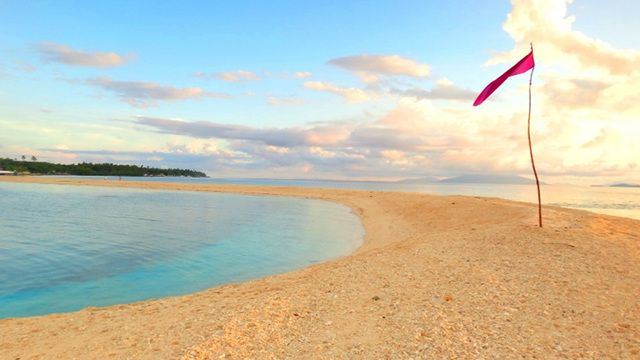 Unspoiled beaches: VISAYAS.  SHIFTING SANDS AND COLORS. One of the best times to see this changing sandbar is sunrise. Photo by Rhea Claire Madarang
