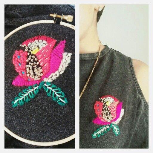 Rosa en polera de jeans bordado mixto