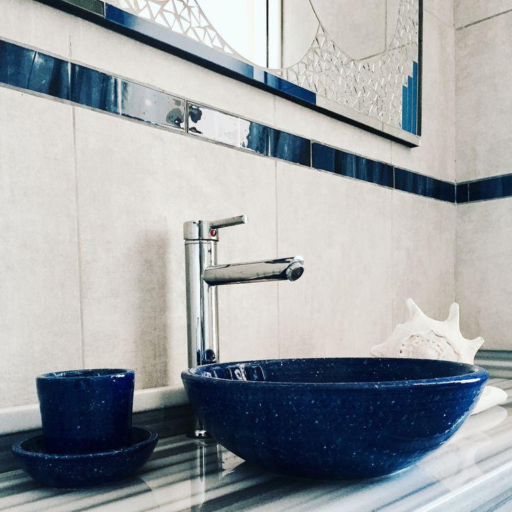 💙 Baños Teenagers Cancheros y con Estilo! . 💙 Los azules en bachas texturadas, accesorios de líneas simples, el marco de un espejo de venecitas espejadas y guardas de vidrio en las paredes, le otorgan al baño de mis hijos adolescentes 🚴🏿 🎧 carácter y alegría. 💙 Los grises en mármoles y porcellanatos; un must para seguir jugando entre satinados y mates. . #blue #naturephotography #deco #homedesign #interiordesign #myhome #decofamily #barriosansebastian