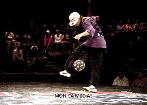 Freestyle football : le spectacle de foot acrobatique qui vous met en jambes ! / Monica Médias