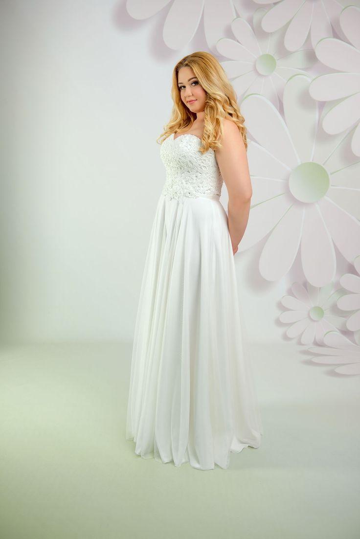 Nádherné svadobné šaty bez ramienok s čipkovaným korzetom a jednoduchou padavou sukňou