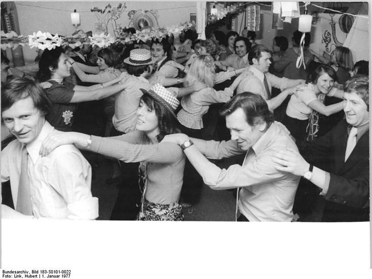 Berlin, Neujahrsfest  ADN-ZB Link 1.1.77 Berlin: Eine zünftige Silvesterfeier organisierte die Hausgemeinschaftsleitung in der Paul-Junius-Straße 56 (Neubaugebiet Leninallee-Ho-Chi-Minh-Straße) für die 33 Familien ihres Hauses. Jeder trug zum Gelingen des Festes im originell ausgestalteten Hauskeller bei. Die Frauen bereiteten wohlschmeckende Salate und die Männer sorgten für die Getränke.