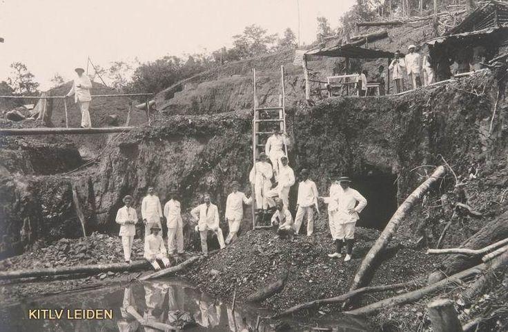Palembang 1925 afgraven van steenkool Palembangse Bovenlanden. Digging for waterpower in highlands of Palembang.
