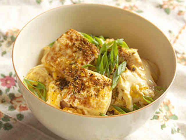 絹ごし豆腐の玉丼(ぎょくどん=たまご丼)の画像