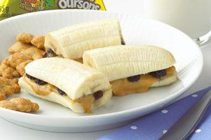Une idée amusante toute simple à préparer au micro-ondes, qui combine beurre d'arachide, banane et raisins secs.