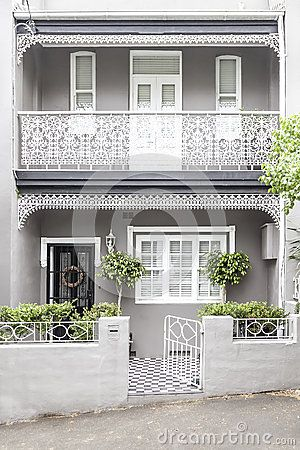 Terrace house paddington sydney. Beautiful modernised scheme of highlighted details and balanced contrasts. Double frontage helps. Trim around front door could alternatively be render colour.