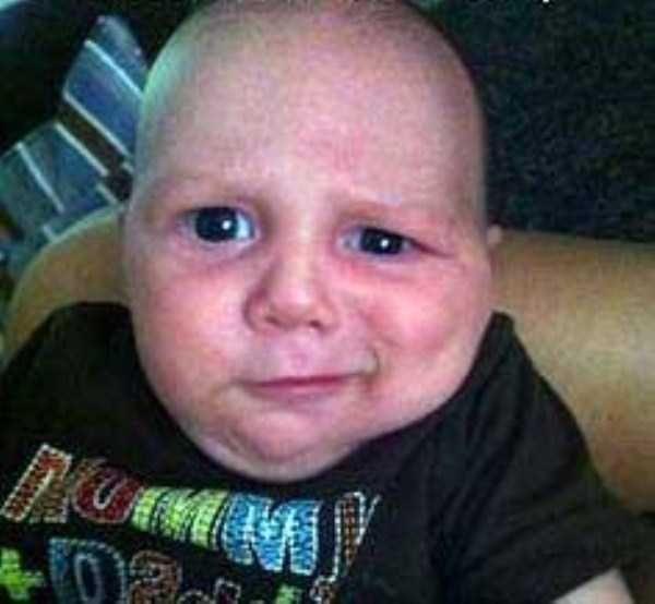 15. Un bébé faisant une drôle de grimace