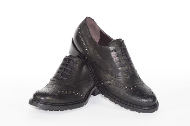 Daniele Tucci Shoes propone una Vasta Gamma di Colori per il Modello di Francesina Bassa. Calzature comode, con i lacci, un must have della stagione moda A/I 2013-2014. Colore Nero, Borchiette, Fondo Roccia