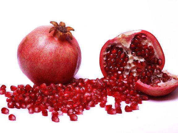 Granatapfel entkernen – leicht gemacht! Wir stellen Ihnen drei Tricks vor, mit denen Granatapfel entkernen zum Kinderspiel wird!