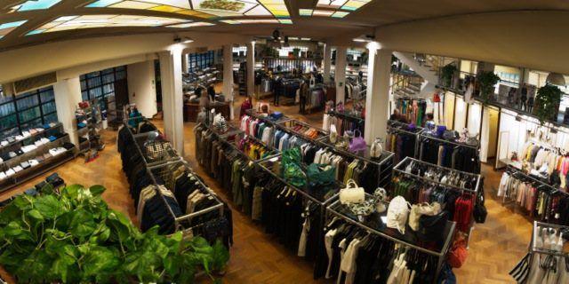Emporio Isola Stock House. In centro a Milano, decine e decine tra i migliori brand di abbigliamento calzature ed accessori scontati mediamente del 50%.