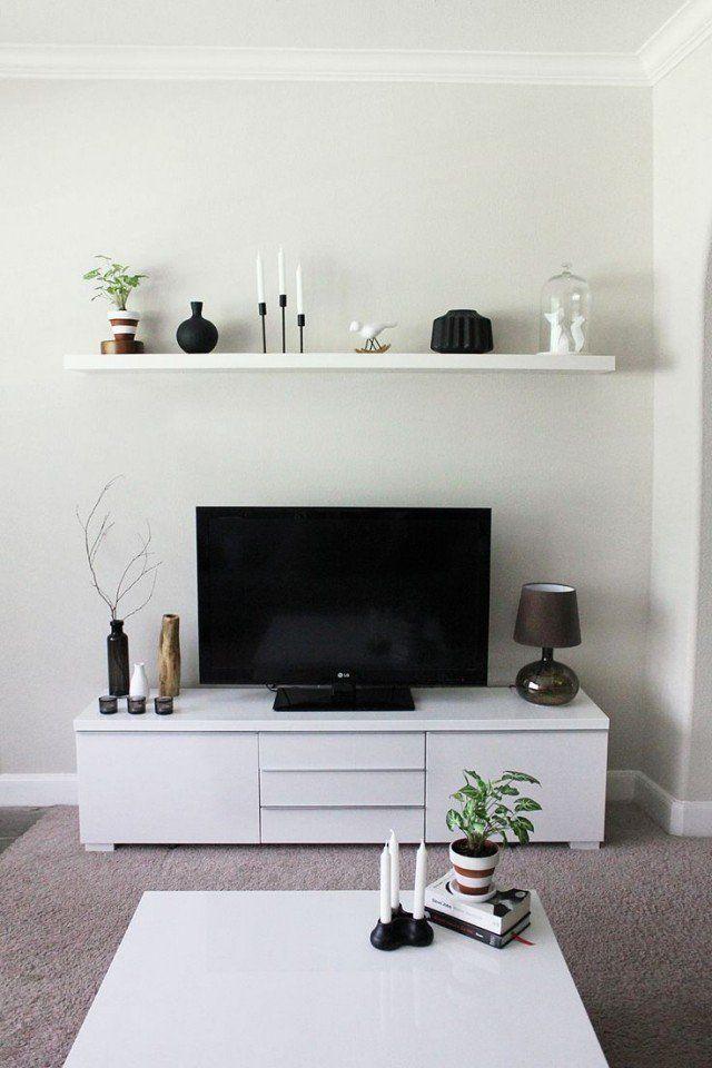 piccolo soggiorno con cassettone bianco, mensola a muro e tavolino bianco || rendere …