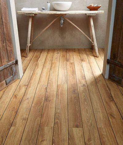Un cachet authentique pour cette salle de bains avec son sol en chêne