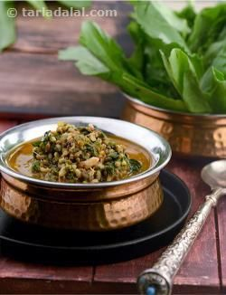 Generally, spinach is combined with paneer or potatoes in everyday cooking. In this easy subzi, it is combined with sprouted matki, to exponentially increase the nutrient content. Sprouting increases the iron and vitamin A content of moath beans, while spinach adds iron, folic acid and vitamin C to this innovative dish. A special masala paste made with everyday spices makes the Spinach and Moath Beans Curry extremely flavourful.