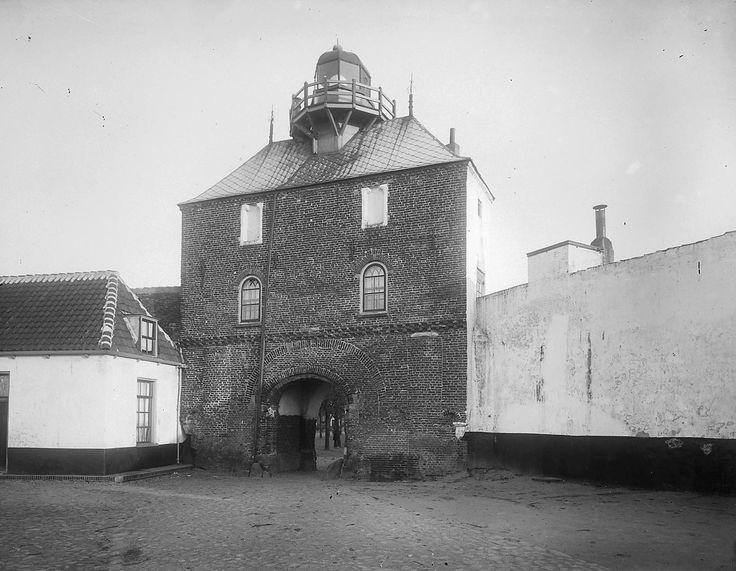 De zeezijde van de visserspoort in harderwijk omstreeks 1915 vergelijk foto en schilderij en - Schilderij ingang en gang ...