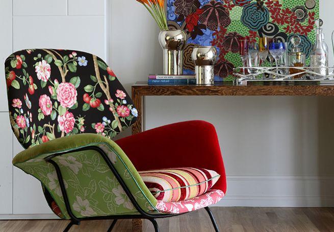 Um jeito de aplicar o patchwork em móveis é começar por um estofado pequeno, como uma poltrona. Neste exemplo, encosto, assento e braços são revestidos com estampas diferentes. O projeto é da Garimpo-Fuxique
