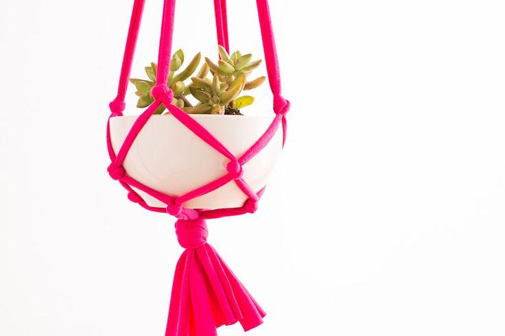 Pour une déco pleine de légèreté, on mise sur une suspension en tissu inspirée des macramés. Voici un tuto facile à réaliser pour accrocher vos plantes !