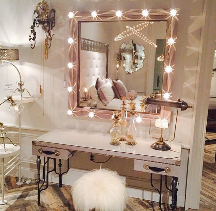 Totally in love with this makeup vanity bedroom/dressing room