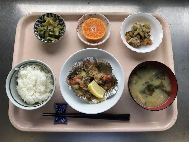 11月28日。鮭のホイル焼き、茄子の味噌炒め、白菜のにんにく醤油和え、キャベツとワカメの味噌汁、みかんでした!鮭のホイル焼きが特に美味しかったです!625カロリーです