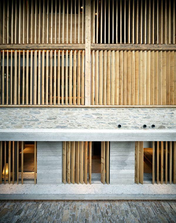 El arquitecto Armando Ruinelli ha finalizado recientemente este proyecto de reconversión de una granja abandonada en una residencia unifamiliar en Soglio, Suiza. El edificio está sitúado en una una ruta peatonal que conduce al centro histórico de la población, y la nueva arquitectura se relaciona con la existente a través de un diálogo en el …