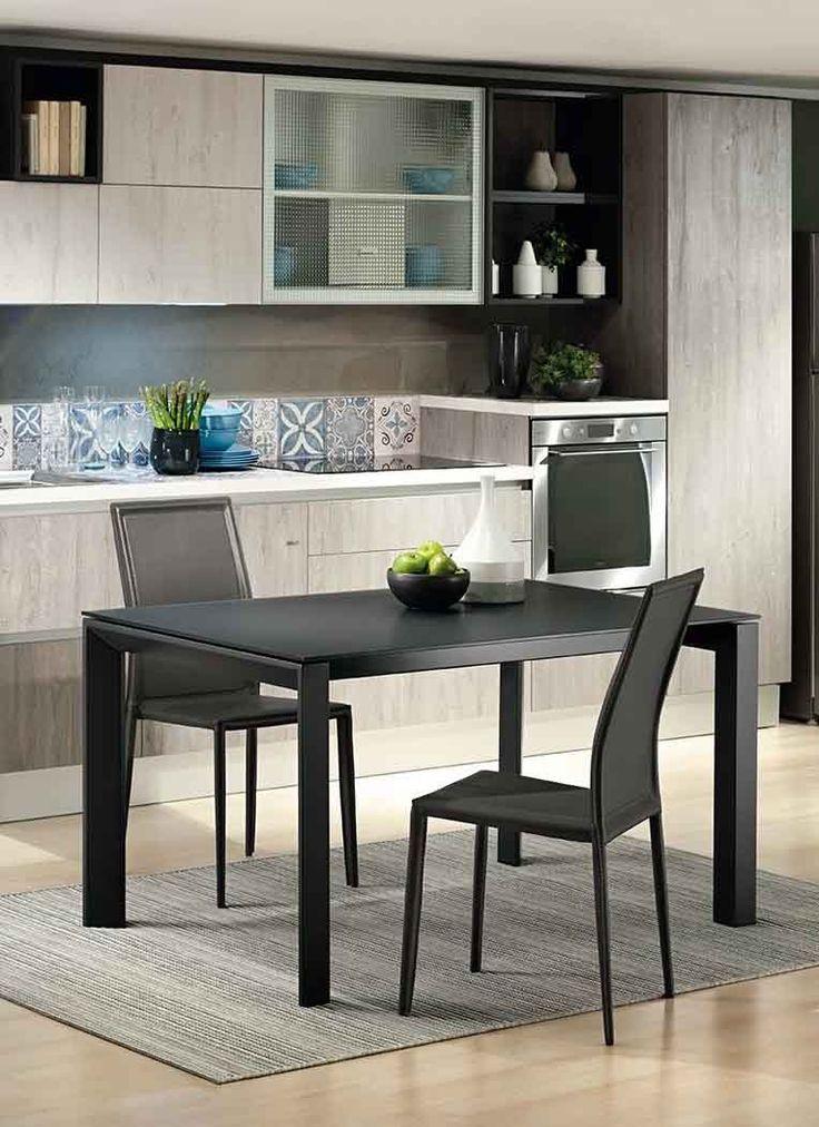 Tavolo allungabile moderno da cucina Moon con struttura in metallo verniciato e piano in vetro temperato opaco o lucido in tinta con la struttura.