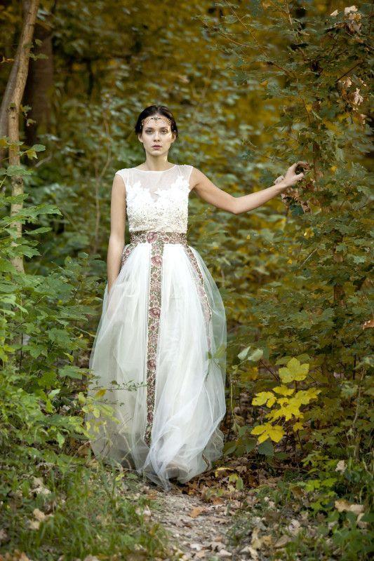 Svadobné šaty Romance d´automne majú na živôtiku ručne šité aplikácie. Sukne majú tri vrstvy tylu.