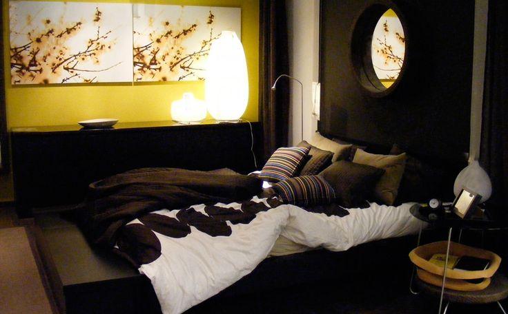 Donkere kleuren stralen rijkdom en lust uit. Ze doen de slaapkamer er kleiner uitzien en zorgen zo voor een intiemere sfeer. Om de kilte te breken kan je gebruikmaken van enkele accentkleuren en bling-bling decoratie. kleur chocolade bruin