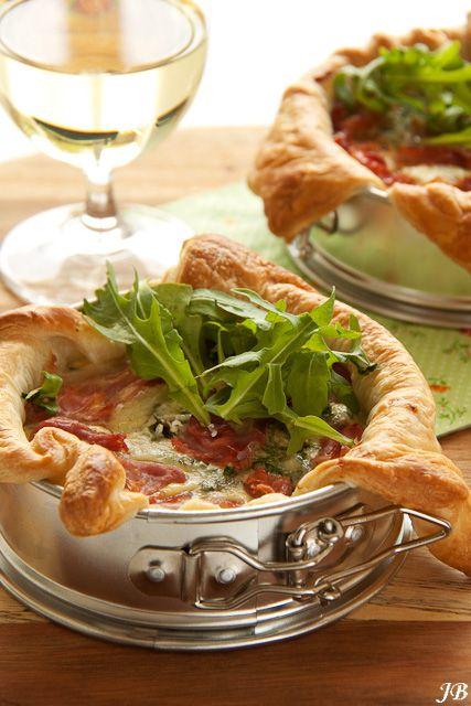 Lentequiches met pecorino & ham (ingrediënten: bladerdeeg, waterkers/rucola, tuinerwten, muntblaadjes, platte peterselie, ei (4 st), slagroom, Pecorino Romano en rauwe ham) (@ Carolines Blog)