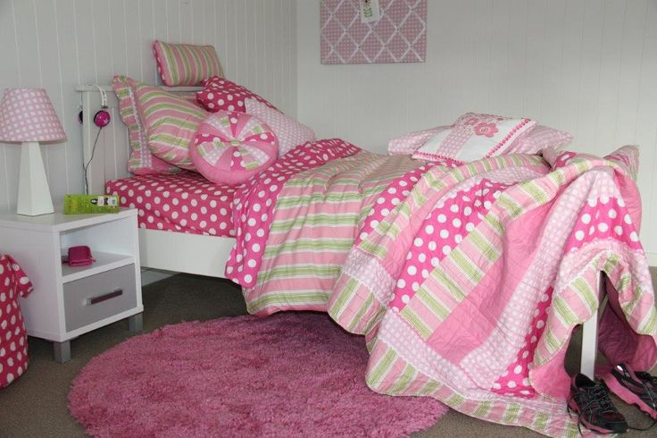 Cosy & comfy - this pink room with Emma linen just wants you to snug in! #patersonrose #girlslinen #girlsrooms #girlsbedroomdecor #kidsrugs #pink #cottonsheeting #kidsduvet