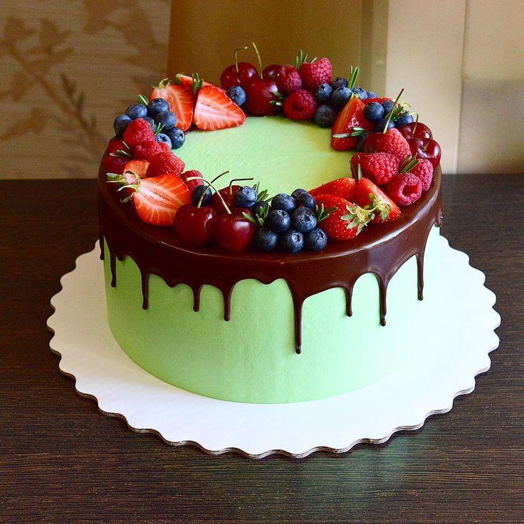 Нежно-фисташковый цвет тортика, хотя на красителе написано mint green(мятно-зелёный). . Только что отдала свадебный в 3 ярусафуууух. Приступаю к следующему. . Ну и всем спасибо, кто написал в предыдущем посте где заказать большую коробку для торта, из 12 тысяч моих подписчиков откликнулись аж 4 человека. . _______________________________________________________#cake#cakes#cakepops#candy#candybar#cupcakes#wedding#weddingcake#weddingday#berry#berrycake#food#cooking#nikon#торт#к...