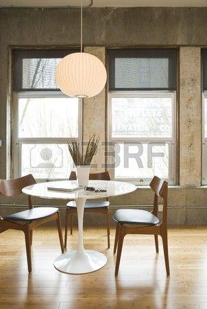 Sala da pranzo tavolo e sedie in un loft moderno Verticale di colpo  Archivio Fotografico