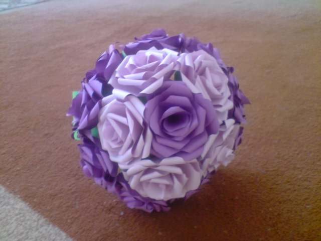 Floraria handmade ... cu flori din hartie: 2. Buchet de flori realizat din trandafiri : mov cu lila , realizati handmade din hartie .