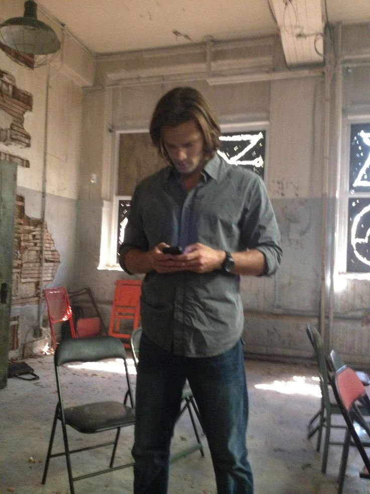 A tweet from Lauren Tom, her caption saying that she will always remember Jensen and Jared like this/on their phones. ♥ #SupernaturalCast