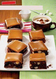 Prăjitură cu alune şi glazură de caramel