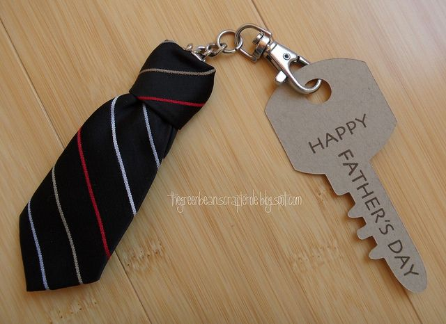 Turn an old tie into a cute Fathers day key chain Stropdas sleutelhanger voor Vaderdag