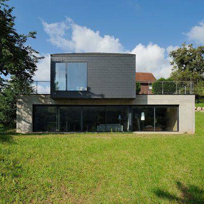 La maison dessine deux volumes simples de forme parallélépipédiques avec deux terrasses accessibles du rez-de-chaussée.