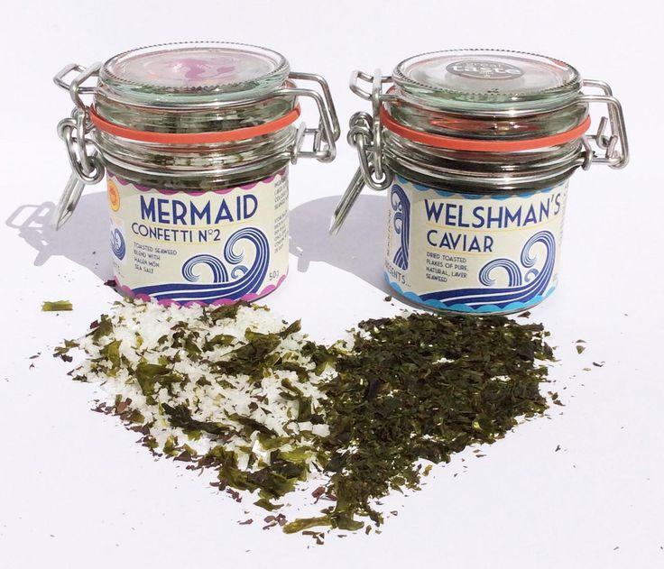 The Welshman's caviar, av handskördad vild purpurtång får sällskap av prisbelönat havssalt från Halen Mon i Mermaid Confetti. Testa gärna att mixa Mermaid Confetti med rostade brödkrutonger som topping till en god sallad, risotto, soppa eller krydda en god paj eller pasta. Welshman's Caviar kan du använda för att göra ett gott kryddsmör eller använd den för att förstärka smaken av hav i din skaldjurssoppa.  #Beachfood #alger #salt #kryddor #delikatesser #Beriksson