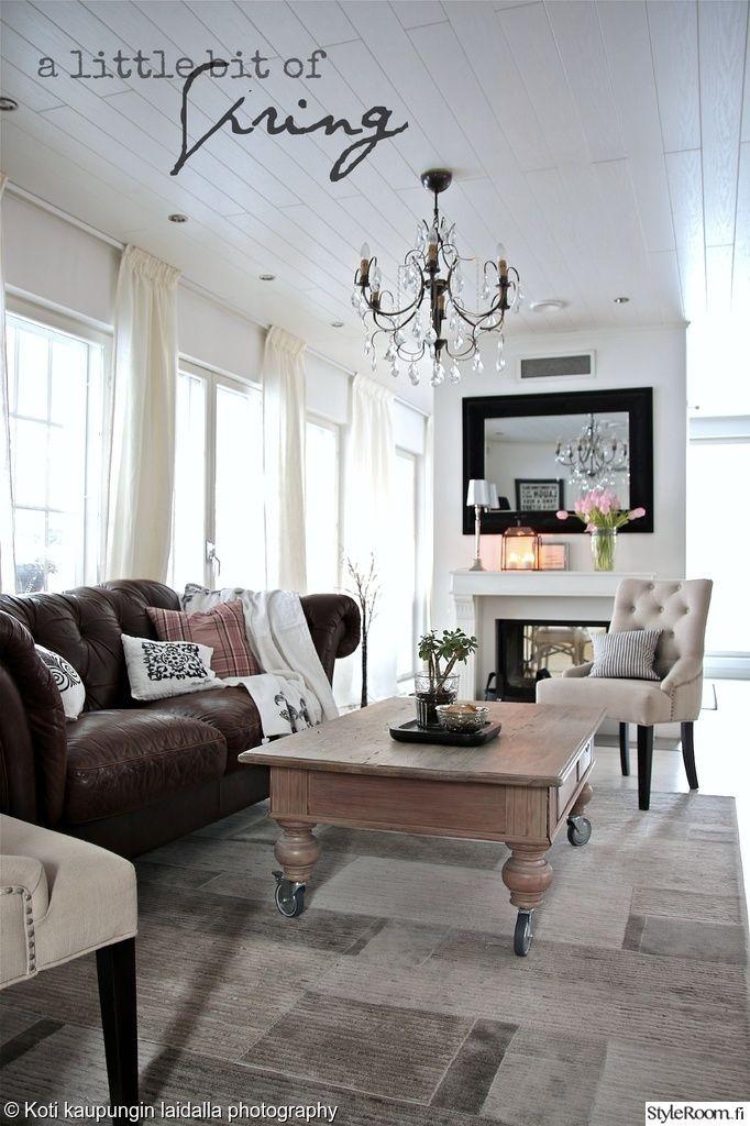 """Jäsenen """"kotikaupunginlaidalla"""" olohuoneessa katse kiinnittyy upeaan kattokruunuun. #styleroom #kattokruunu #olohuone #sisustus #inspiroivakoti #maalaisromanttinen"""