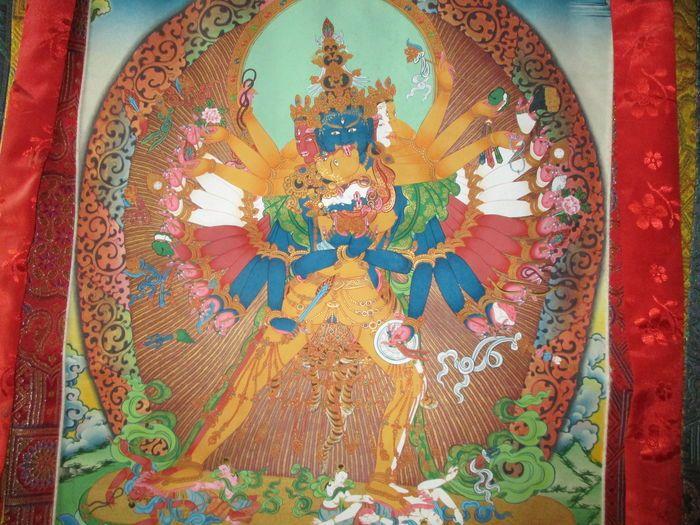 Schilderij Chakrasamvara (zijden thangka) - India - eind 20ste begin 21ste eeuw  Afmetingen van het schilderij zijn 42 x 61 cm.Het frame is boven 56 cm breed 130 m lang en onder 81 cm breedBrokaten zijn van zijde; het schilderij (met natuurlijke pigmenten  goud) is geschilderd op een zijden canvas. Alle Thangka's worden zorgvuldig verpakt en verzonden per aangetekend post in pvc-buizen Gekocht in Dharamsala geschilderd door Norbulingka Chakrasamvara of Sambhara of Samvara altijd in het…