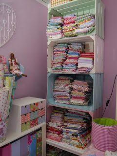 Cajones reciclados para guardar telas, pintados en colores pastel