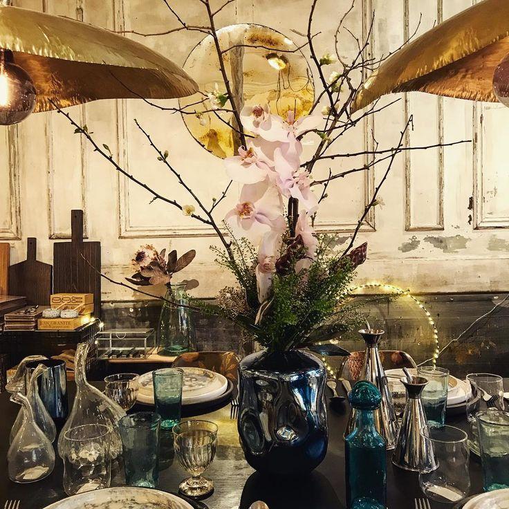 Commencer l'année en douceur, et en fleurs. Orchidée et cognassier. - - - - - #2018 #flowers #flowerpower #aromparis #interior #interiorshop #interiordesign #parisianshop #brass #paolanavone #patina #bohostyle #boho #tableware #artcraft #paris #paris12 #ailleurs #ailleursparis
