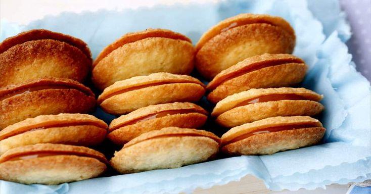 Aprende a preparar Galletas crujientes de coco rellenas de Dulce de Leche con las recetas de Nestle Cocina. Elabórala en casa con nuestro sencillo paso a paso. ¡Delicioso! #NestleCocina