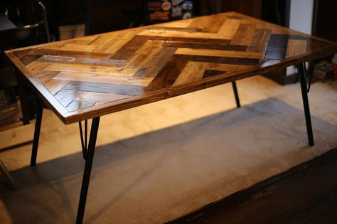 私、DIYおじさんが長い構想期間をかけて実現した、格安の1×4材を使った家具作り、「ヘリンボーンのダイニングテーブル」の作り方をお伝えします。完全にオリジナルなので、こんな作り方でいいのか悪いのかはわかりませーんが、アイアン脚で結構おしゃれな雰囲気の家具として仕上がったと思います!