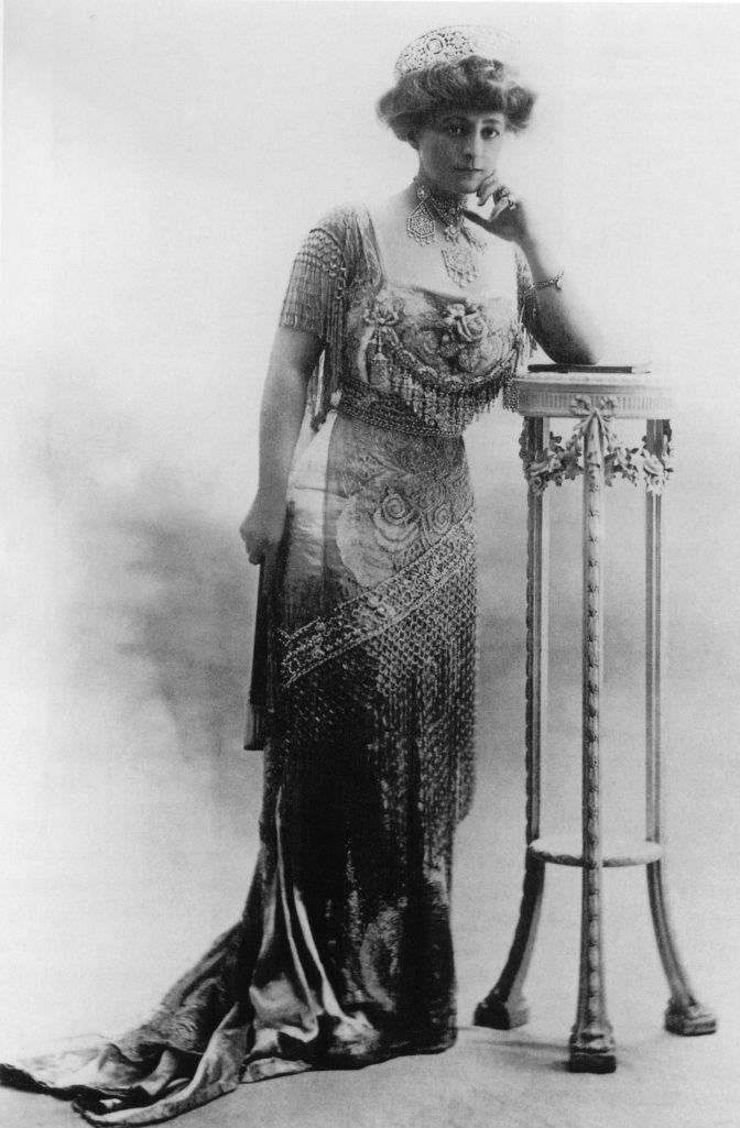 Mrs. Cornelius Vanderbilt III (aka Grace Wilson Vanderbilt) wearing her diamond tiara and necklace in 1909 - Cartier