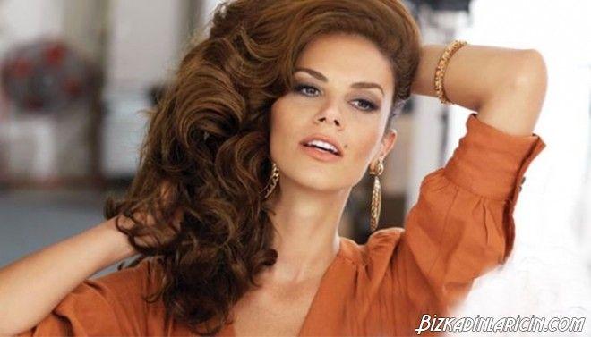 Ünlülerden Güzellik Önerileri - http://www.bizkadinlaricin.com/unlulerden-guzellik-onerileri.html  Daha güzel olmak için, daha çok güzelleşmek için sürekli farklı şeyler deniyoruz. Güzellik maskeleri, güzellikürünleri derken konu güzel bayanların güzellik sırlarına kadar geliyor. Bazen uğraşmaktan sıkılıyoruz, bazen kendimizi salıveriyoruz. Fakat her daim ekran başında olan bayanların böyle bir lüksü yok. Onlar sürekli bakımlı olmak zoru