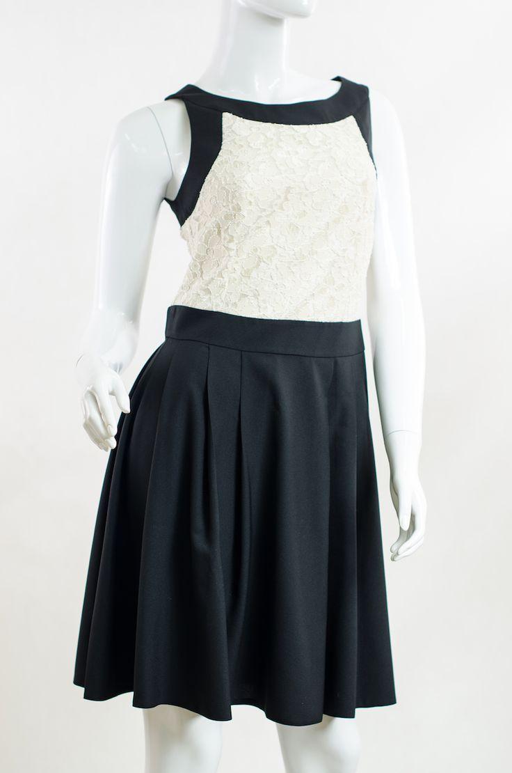 Sukienka damska plisowana na ramiączkach z ozdobną, koronkową wstawką w kolorze ecru.