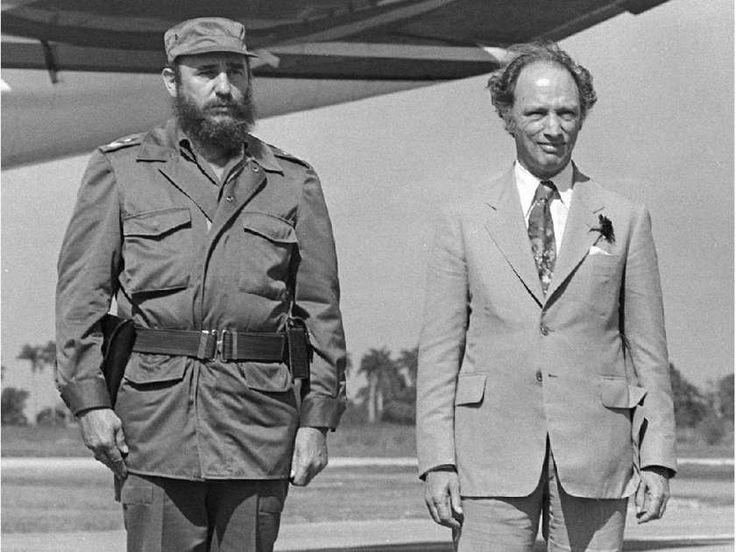 Fidel Castro and Pierre Trudeau at attention